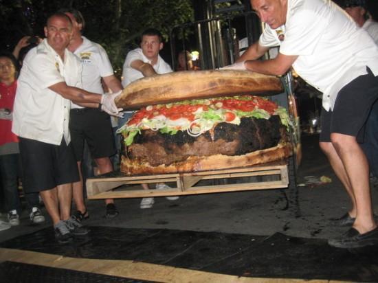 Największy hamburger dostępny wmenu - rekord Guinnessa