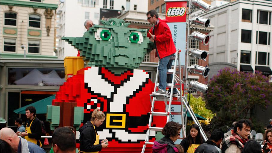 Mistrz Yoda wstroju św.Mikołaja zbudowany zklocków Lego