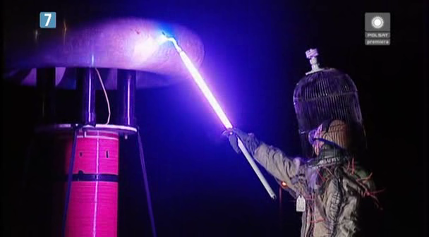Niszczenie świetlówek przy pomocy kuli tesli