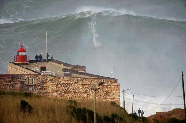 Surfing - gigantyczna fala