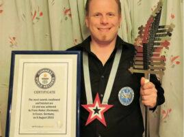 Rekord Guinnessa w połykaniu noży