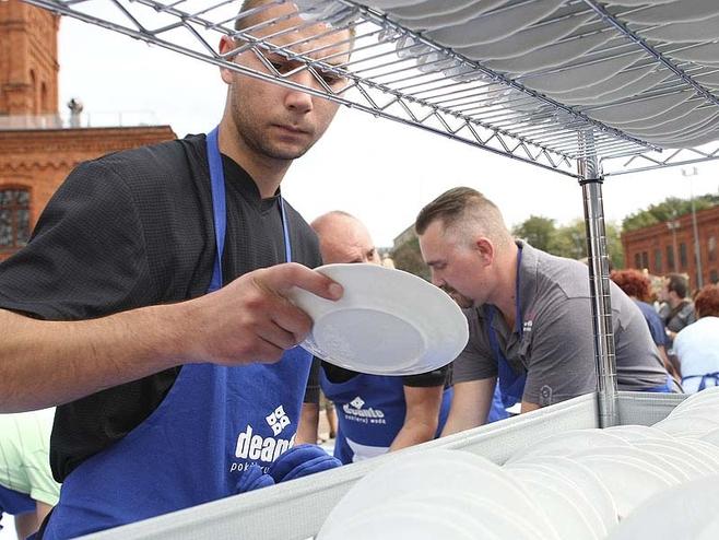 Łódź pobija rekord Guinessa w zmywaniu naczyń