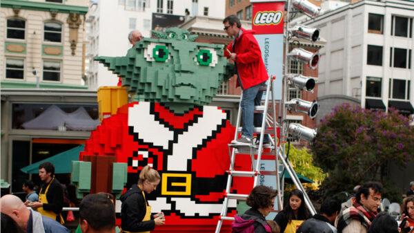 Mistrz Yoda w stroju św. Mikołaja zbudowany z klocków Lego
