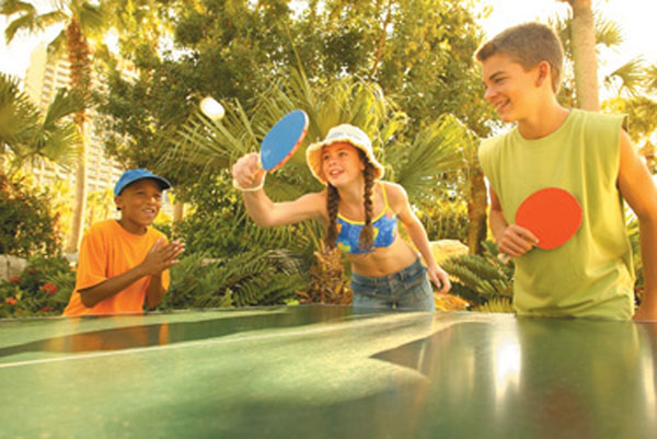 Niemowlak gra w ping-ponga