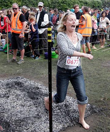 Chodzenie po rozżażonych węglach – rekord Guinessa