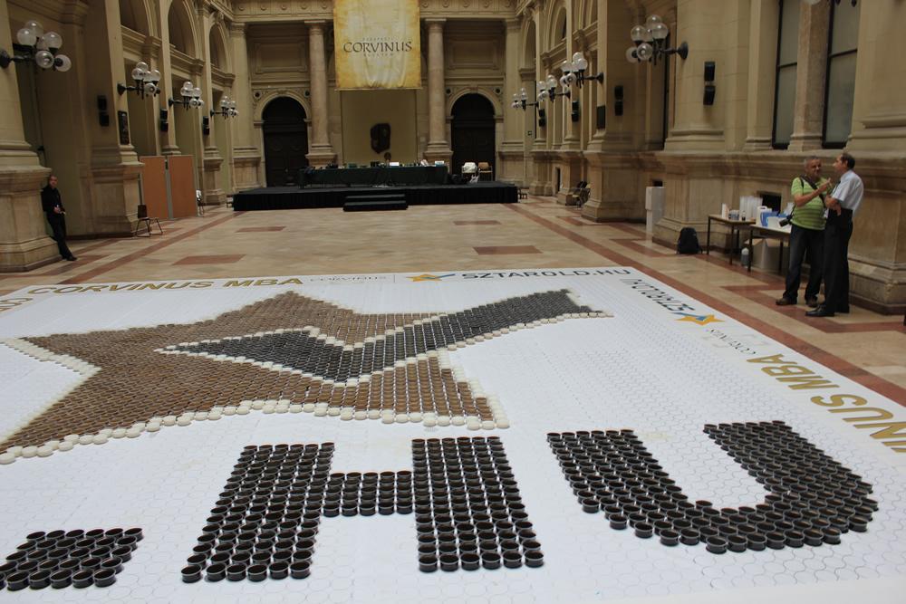 Największa mozaika zfiliżanek kawy - rekord Guinessa