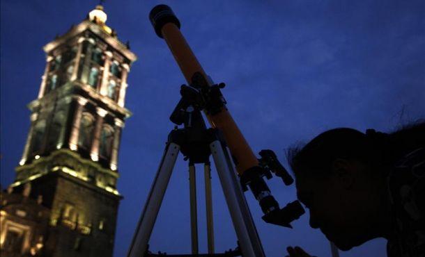 Najwięcej ludzi patrzących przezteleskopy