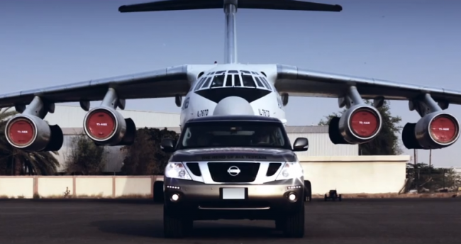Nissan holuje samolot – niebywały rekord