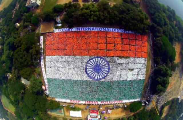 Największa flaga ułożona zludzi
