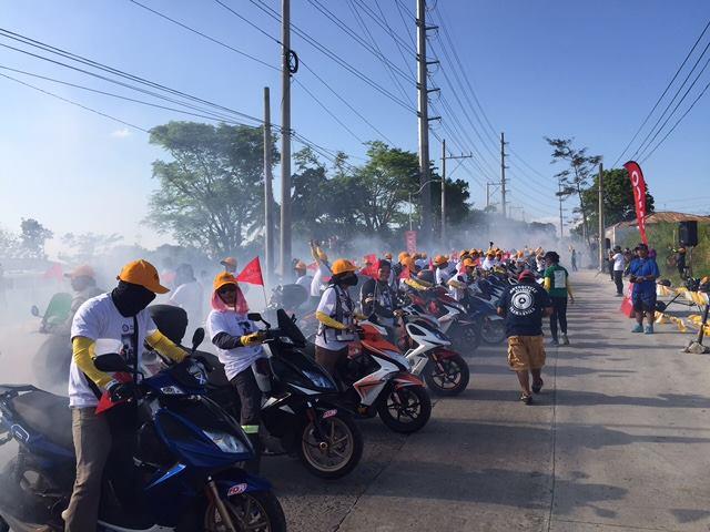 Rekord Guinessa w paleniu gumy na motocyklach