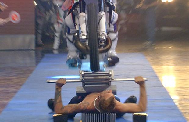 Najwięcej motocykli przejeżdżających poczłowieku nałożu fakira - rekord Guinnessa