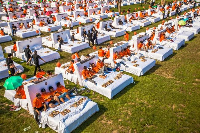 Najwięcej osób jedzących śniadanie włóżku - rekord Guinessa