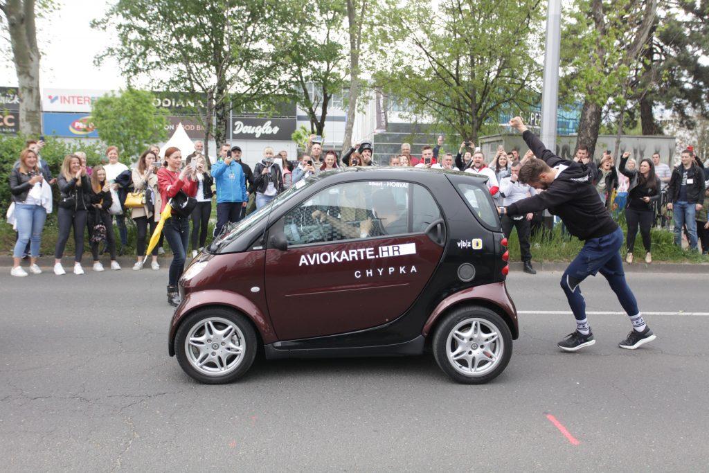 pchanie-samochodu-rekord-guinnessa