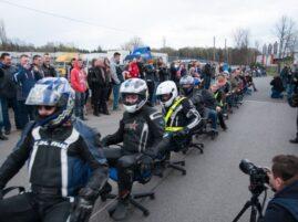 Najwięcej krzeseł biurowych ciągniętych przez motocykl - rekord Polski