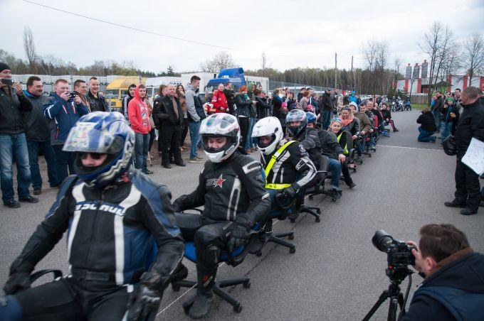 Najwięcej krzeseł biurowych ciągniętych przezmotocykl - rekord Polski
