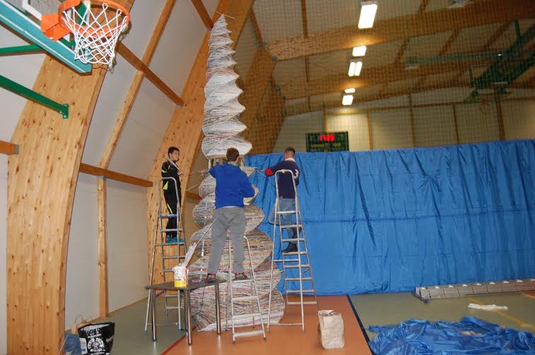 Największa choinka zpapierowej wikliny - rekord Polski