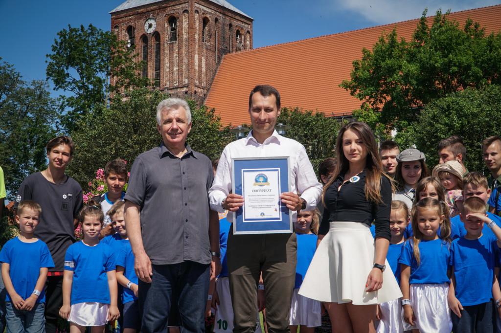 Rekord Polski nanajwięcej osób trzymających wstęgę