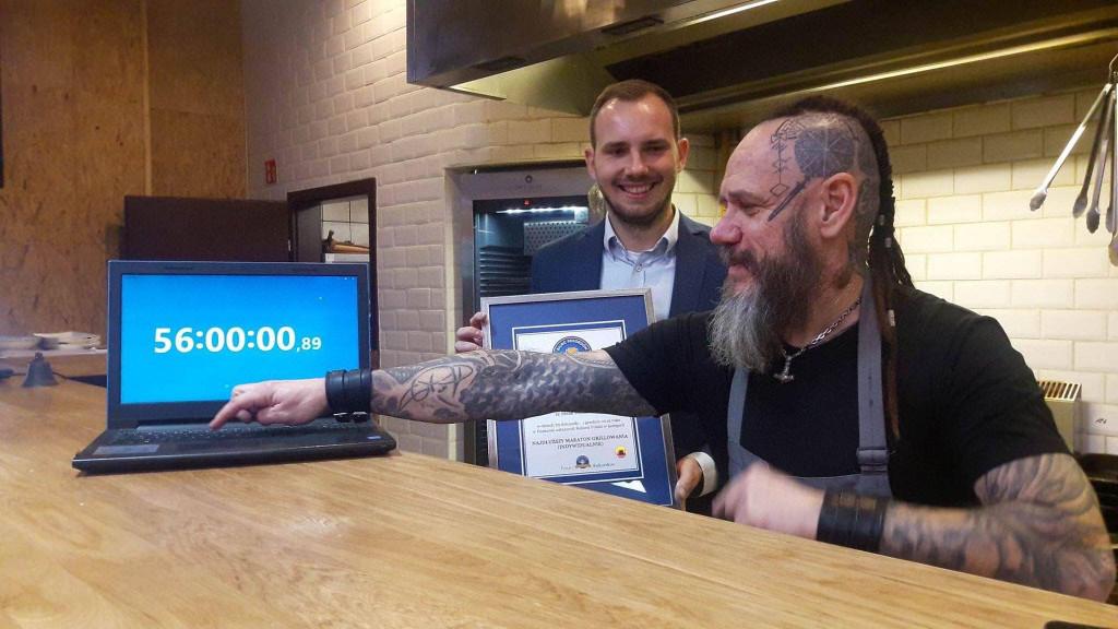 przekazanie-certyfikatu-rekordzisty-w-grillowaniu