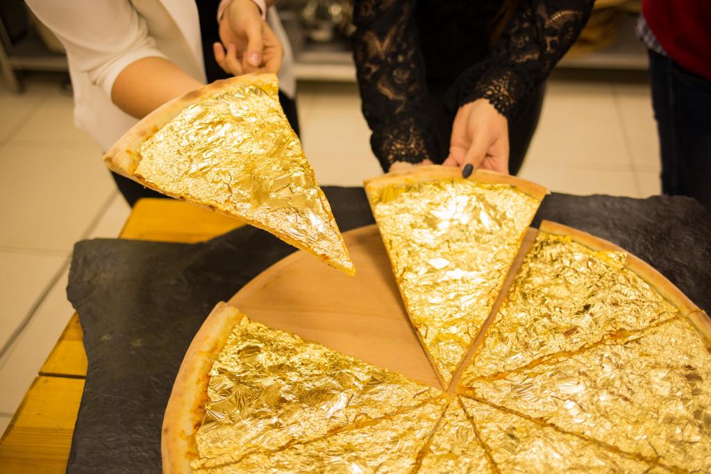 Złota pizza pokryta złotem