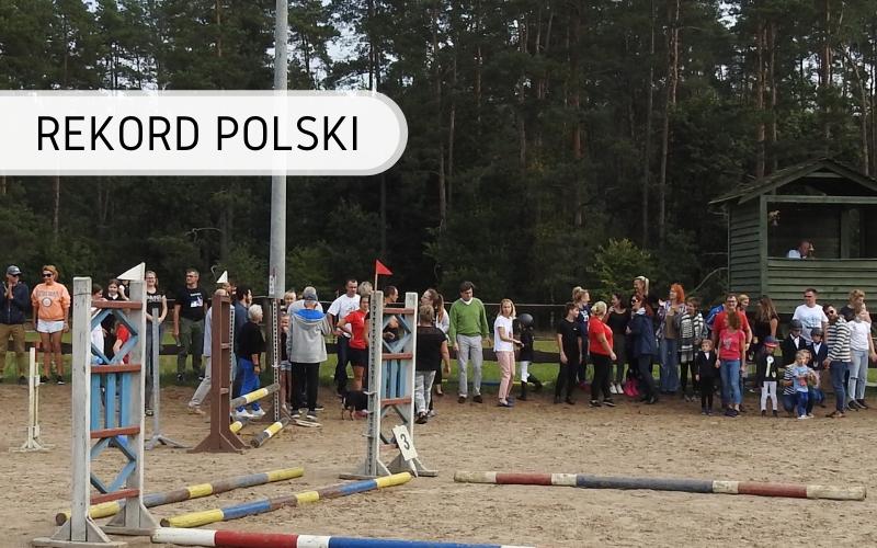 Rekord Polski - najwięcej osób pokonujących przeszkody dla koni w sztafecie