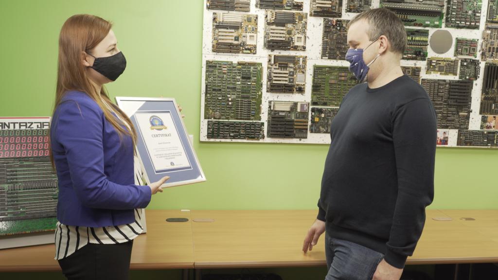 Przekazanie certyfikatu zarekordowe urządzenie