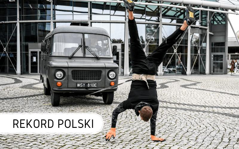 Rekord Polski Sobierajski ciągnie samochód na rękach
